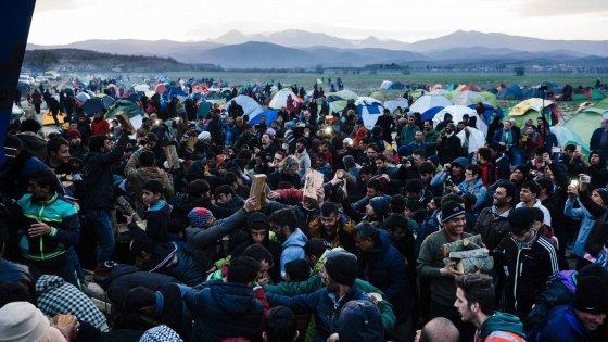 Migranti, gli italiani hanno paura: via Schengen, sì alle frontiere