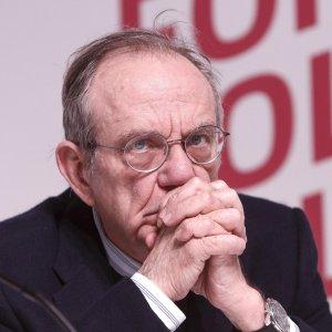Eurogruppo: per l'Italia obiettivi di bilancio a rischio. Fitch taglia le stime sul Pil