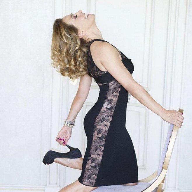 Barbara D'Urso esagera con Photoshop: il ritocco deforma anche la porta