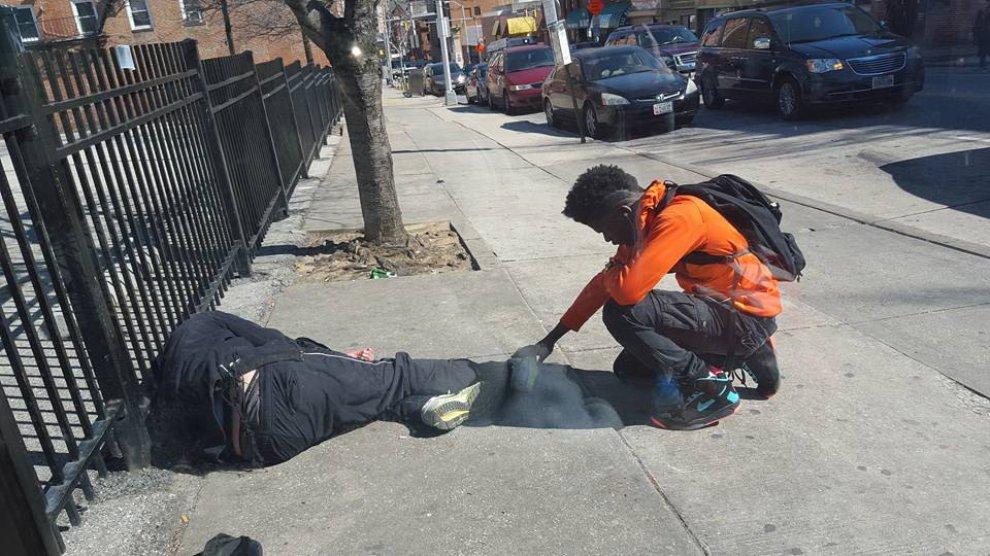 Baltimora: il giovane prega per il senzatetto, lo scatto commuove l'America