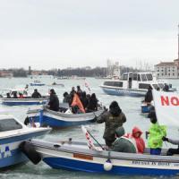 Italia-Francia, No Tav a Venezia contro il vertice. Barche tentano di sfondare la 'zona rossa'