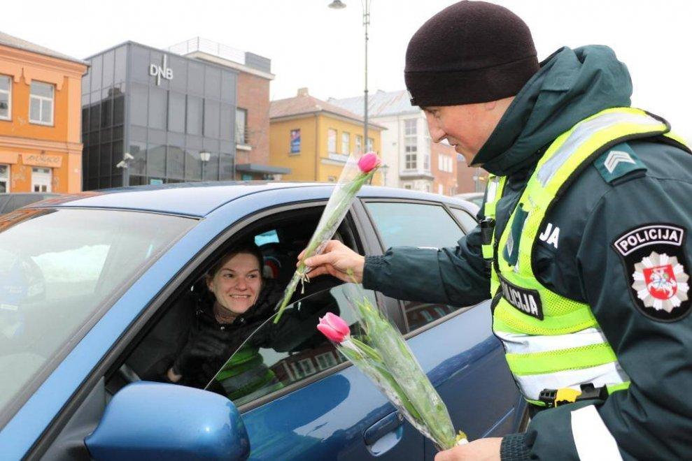 Festa della donna, in Lituania la polizia regala fiori al posto delle multe