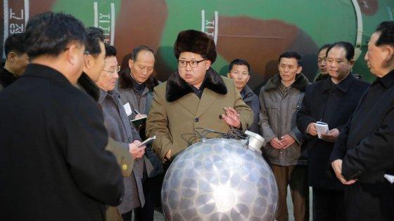 """Nord Corea, lancio di due missili a corta gittata. """"Pronti all'uso di mini-bombe atomiche"""""""