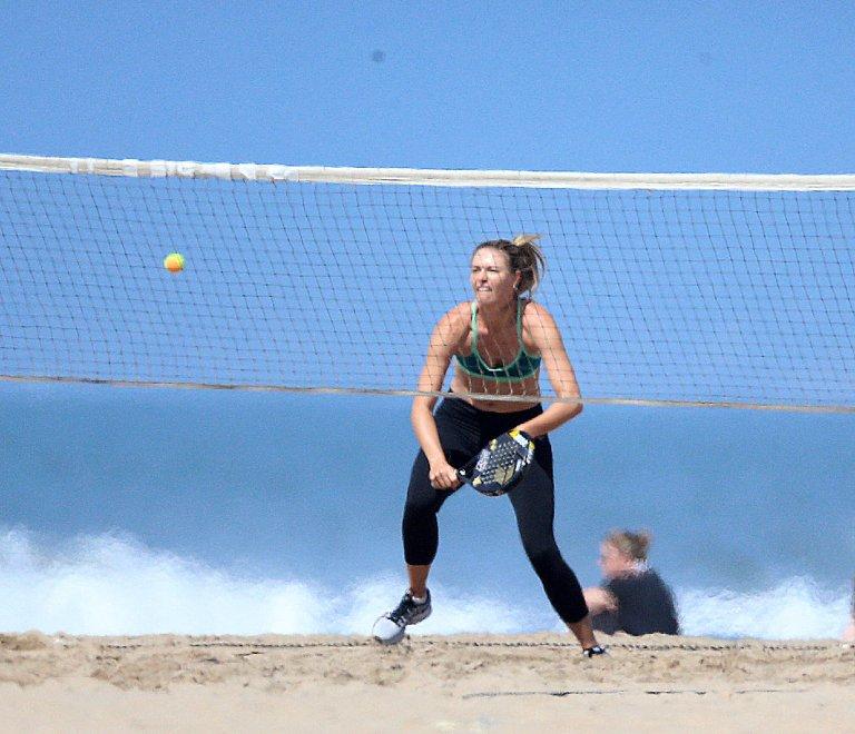 L.A: schiacciata in spiaggia dopo l'annuncio. E la Sharapova veste Nike