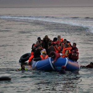 """Migranti, ancora un naufragio nell'Egeo. Turchia: """"Ne riprendiamo migliaia, non milioni"""""""