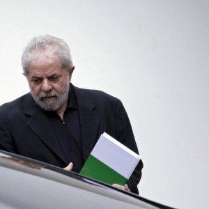 """Brasile, Procura chiede arresto per Lula: """"Ha occultato la proprietà di un attico"""""""