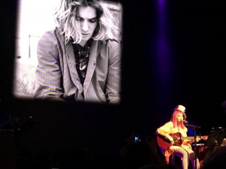 """Madonna, clown triste: """"confusa"""" sul palco canta per il figlio Rocco"""