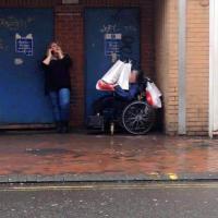 L'operatrice 'usa' il disabile come carrello della spesa: la foto indigna il web