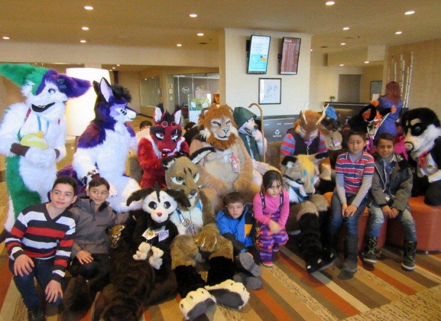 """Canada, il """"carnevale"""" dei bambini siriani: l'incontro coi cosplay è un festa"""