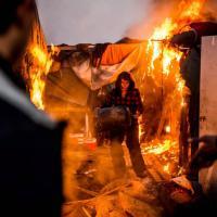 Calais, incendio nel campo profughi