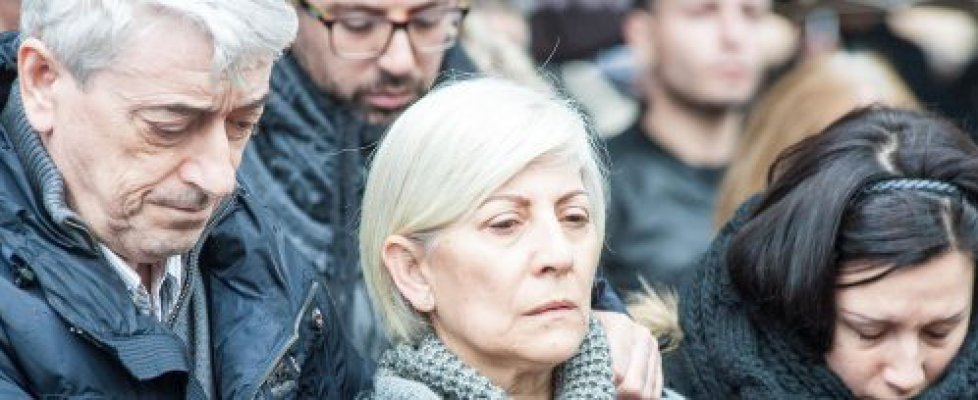 L'addio agli italiani uccisi in Libia. Calcagno abbraccia la vedova di Failla