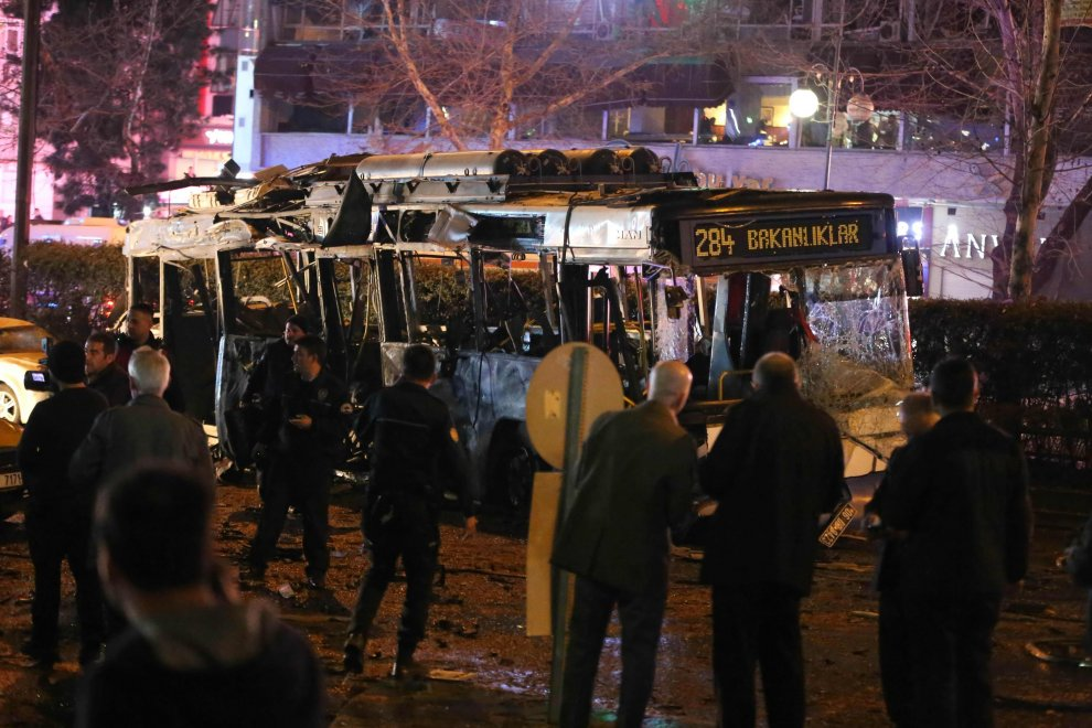 Ankara, autobomba alla fermata del bus: i soccorsi
