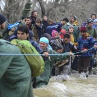 Migranti, il drammatico guado del fiume di Idomeni: solo una corda per raggiungere la Macedonia