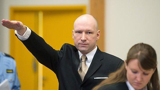 """Norvegia: il saluto nazista di Breivik che accusa lo Stato di """"disumanità"""""""