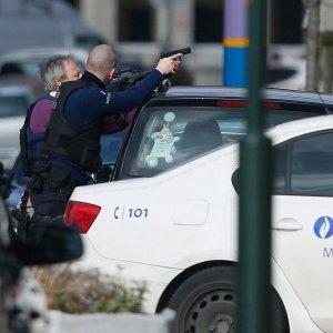Bruxelles, sparatoria durante una perquisizione legata a strage di Parigi. Morto uno dei presunti terroristi