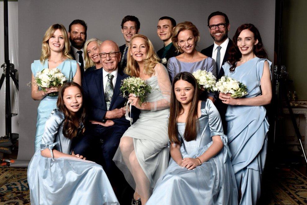 """Jerry Hall e Rupert Murdoch, su Twitter la foto con i dieci figli: """"La nostra bellissima famiglia"""""""