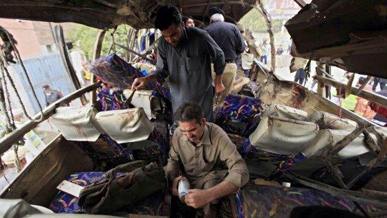 Pakistan, bomba su bus a Peshawar: almeno 15 morti