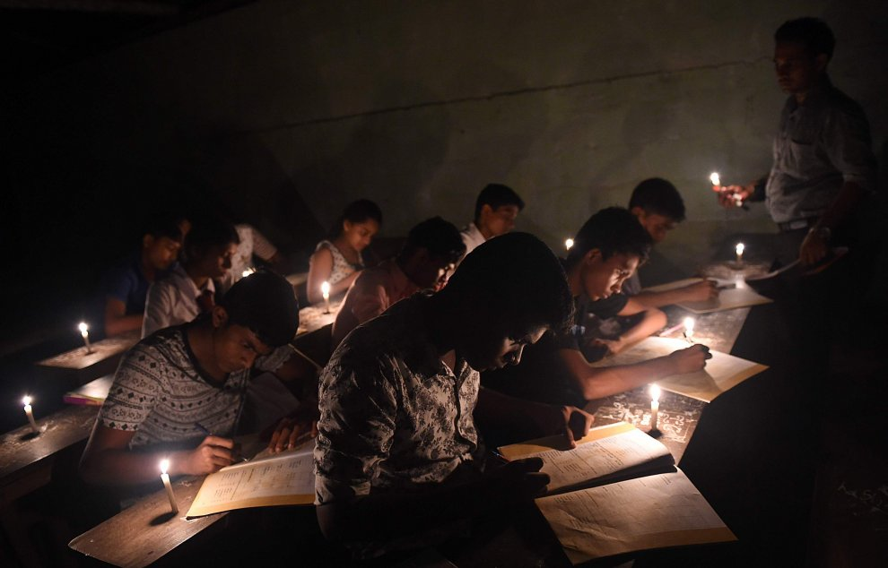 Blackout in Sri Lanka: studenti in classe a lume di candela