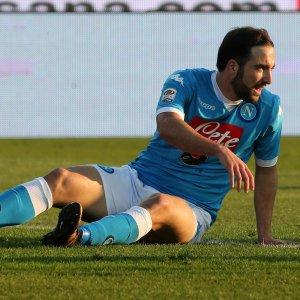 Napoli, stop in allenamento per Higuain: botta alla caviglia, non preoccupa