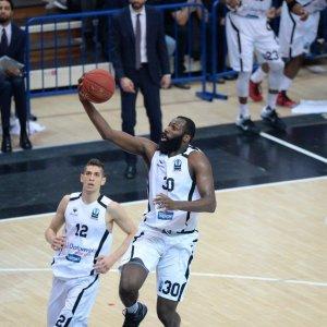 Basket, il sì di Sassari, Reggio e Trento all'Eurocup fa scoppiare il caos: è rottura con la Fip