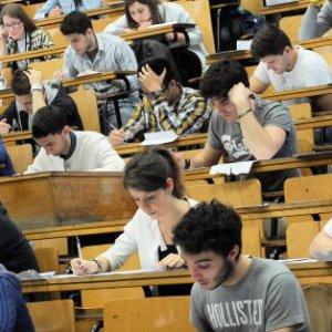 Borse di studio, retromarcia del governo: aumenta il tetto di reddito