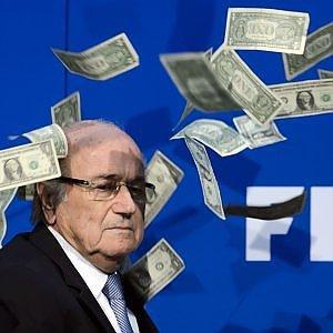 Blatter, nell'anno dello scandalo Fifa ha incassato 3,3 milioni di stipendio