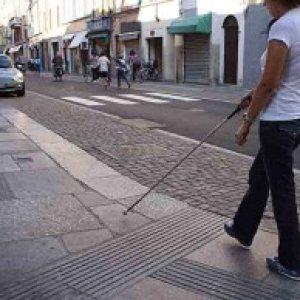 Arredi urbani, marciapiedi, gradini: la fruibilità degli spazi pubblici a portatori di handicap