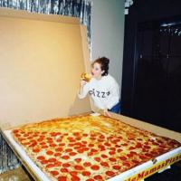 Quando la pizza a domicilio è gigantesca