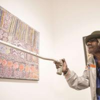 Australia, l'artista aborigena compie 105 anni: in mostra le sue opere