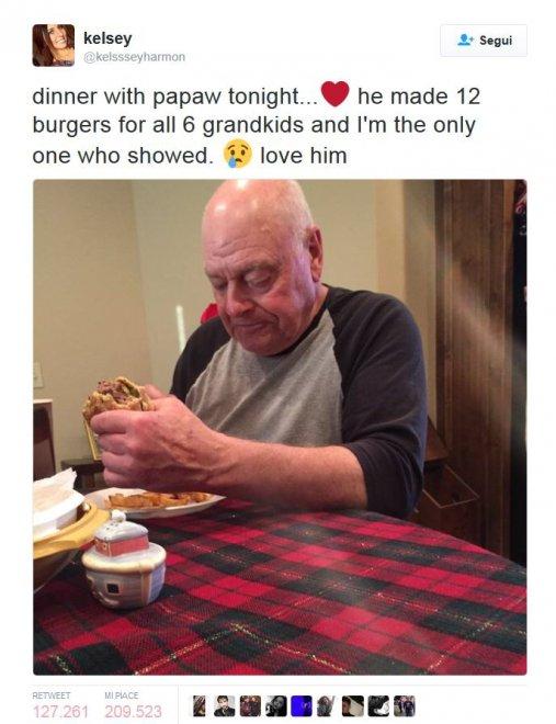 Il nonno cucina per i nipoti che lo lasciano solo: lo scatto è virale