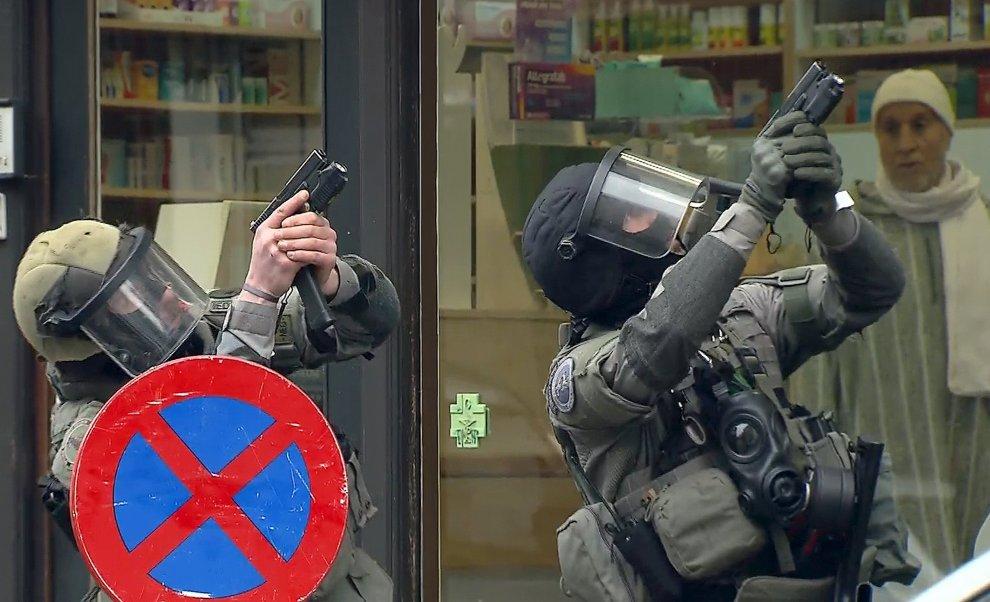 Belgio, blitz della polizia a Molenbeek: ferito e arrestato Salah