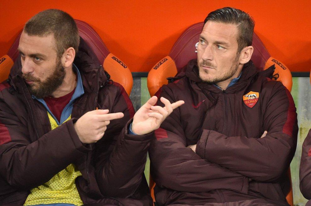 Roma-Inter: capitani in panchina, De Rossi scherza Totti no