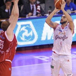 Basket, Reggio Emilia non fa sconti. Aradori stende Pistoia