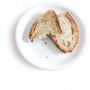 Dal frigo al cassonetto: il cibo che buttiamo via vale 13 miliardi all'anno