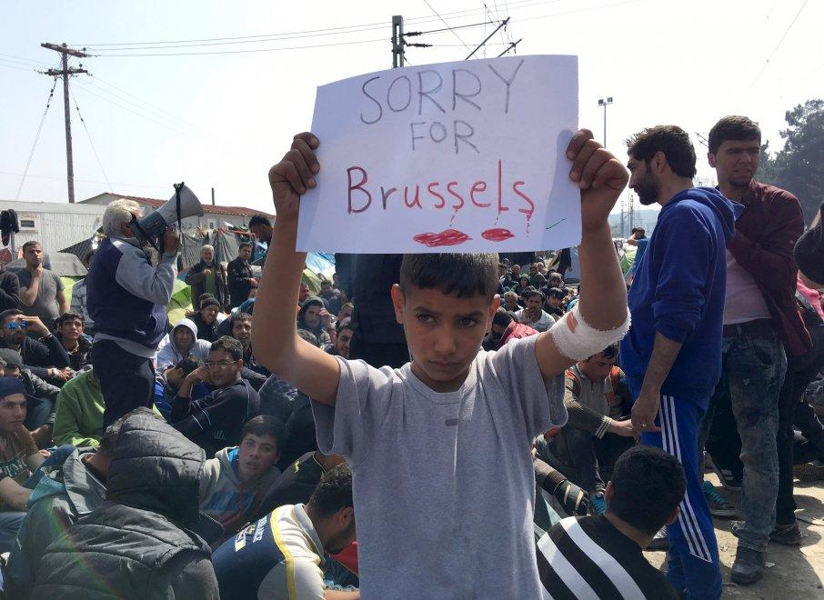 """Idomeni, i messaggi dei piccoli migranti: """"Sorry for Bruxelles"""""""