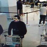 Bruxelles sotto attacco, la foto dei presunti terroristi in aeroporto