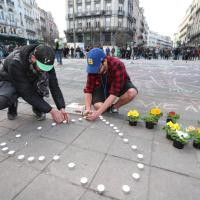 Bruxelles sotto attacco: fiori e bandiere a mezz'asta, il cordoglio nel mondo