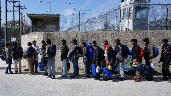 Migranti, Msf e Unhcr non lavoreranno più nel campo di Lesbo: é come Guantanamo