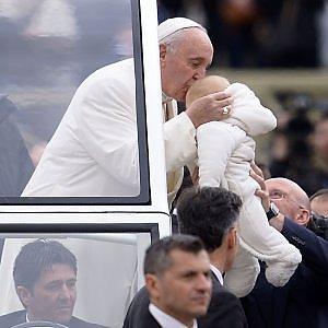 Vaticano, bambina americana di 5 anni vuole incontrare il Papa prima di perdere la vista