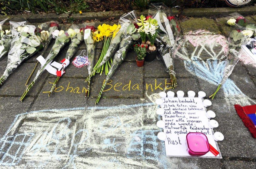 """Morte Johan Cruyff, fiori e cimeli davanti alla casa del """"Profeta del gol"""": l'omaggio dei tifosi"""