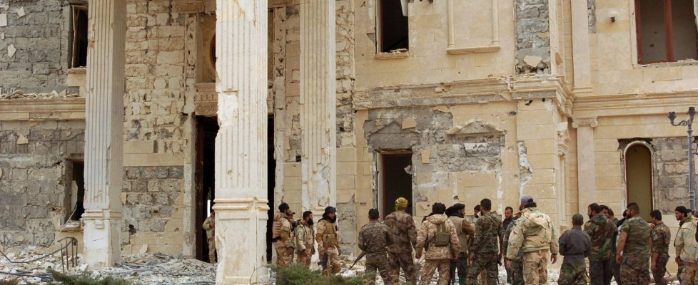 """Siria, Pentagono: """"Ucciso ministro delle finanze dell'Is"""". Esercito riprende il castello di Palmira"""