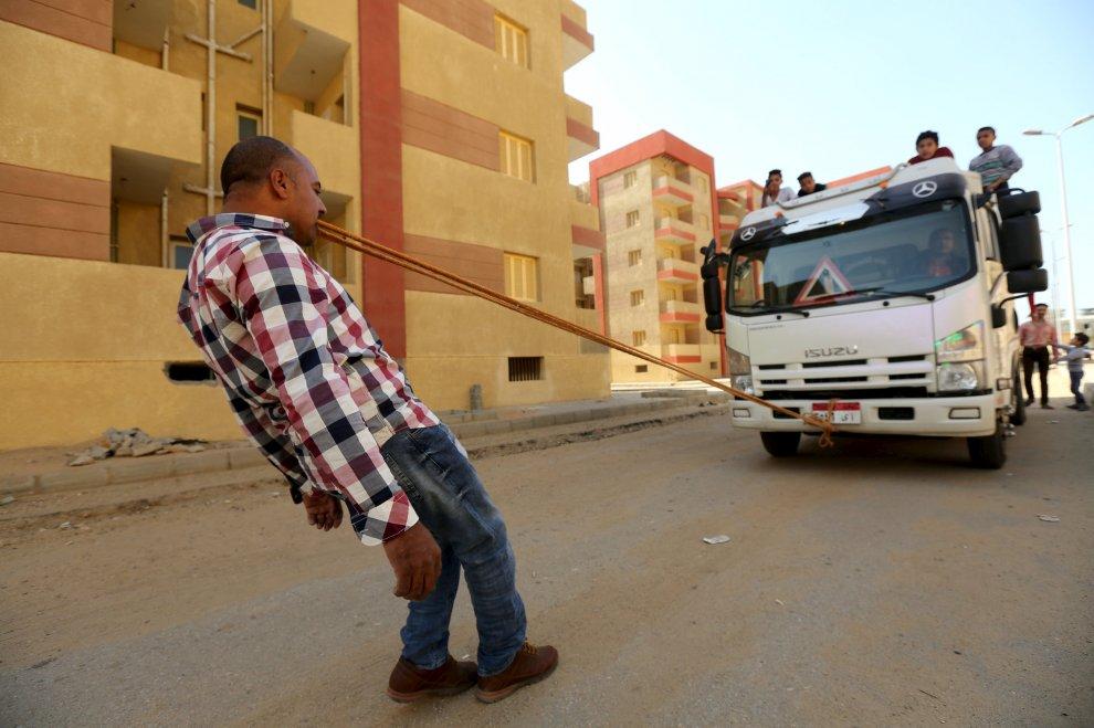 Karim, il ''Sansone'' d'Egitto: mangia chiodi e dorme sui vetri