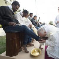 Il Papa bacia i piedi ai profughi del Cara: ''Siamo fratelli''