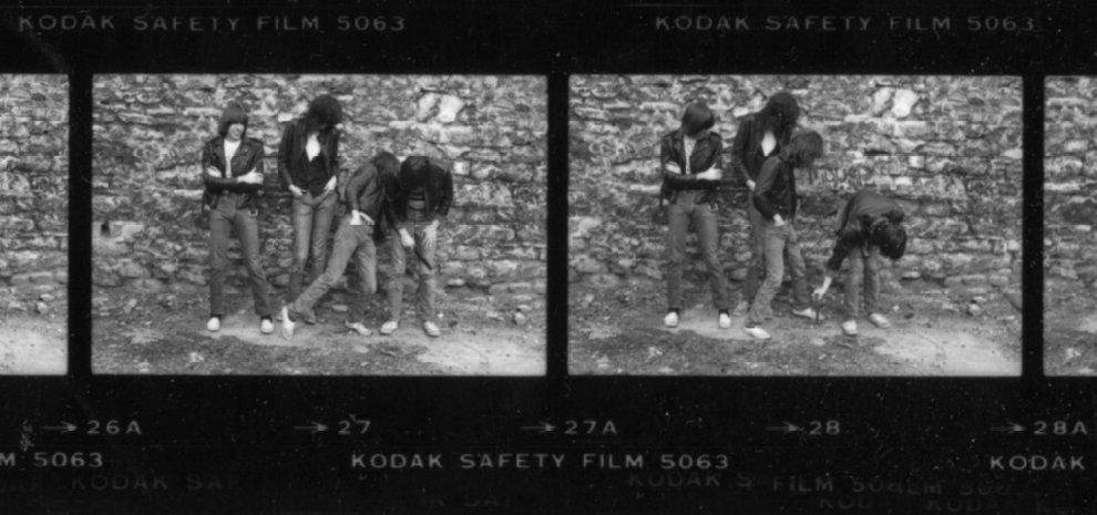 """""""Io, i Ramones e una cacca di cane"""": la fotografa del punk racconta la sua foto-icona"""