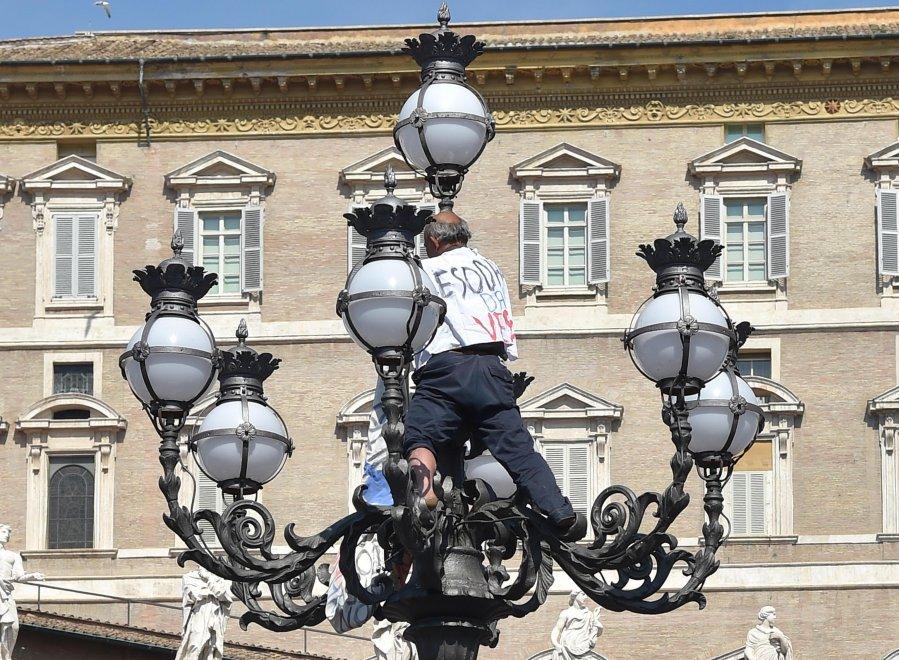 San Pietro blindata, riesce ad arrampicarsi su lampione per protesta