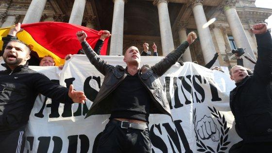 Stragi di Bruxelles, 4 sospetti fermati. Estremisti di destra in piazza. Francese arrestato in Olanda