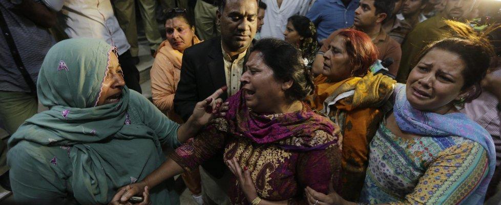 Pakistan, kamikaze si fa esplodere in un parco di Lahore: almeno 72 morti, 30 sono bambini
