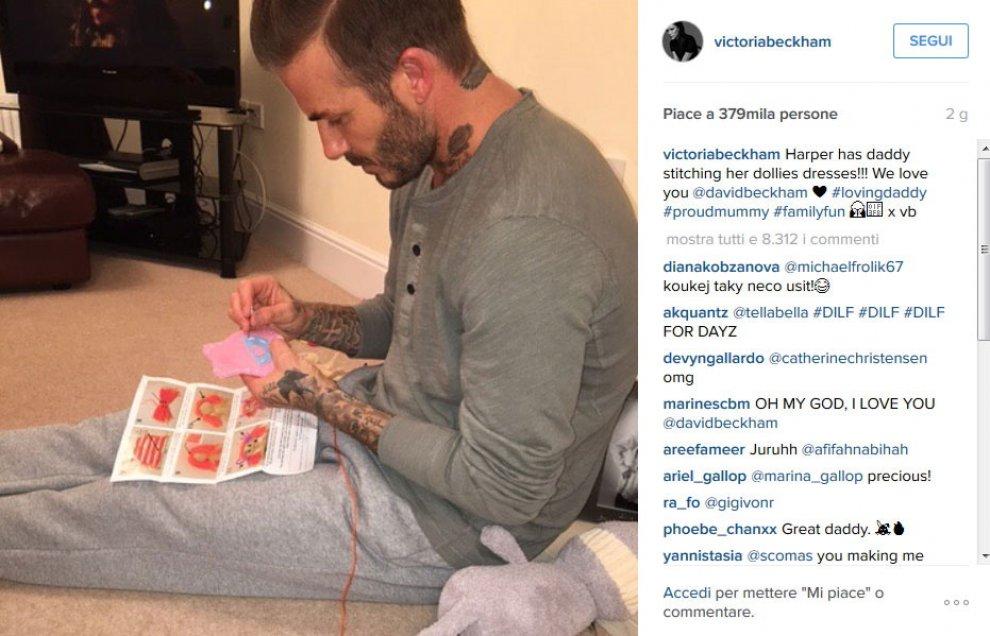 Beckham cuce i vestitini per le bambole: la foto del papà-modello fa impazzire Instagram