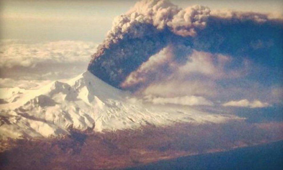 Alaska, il risveglio del vulcano Pavlof: l'eruzione è spettacolare