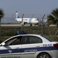 Aereo Egypt Air dirottato: l'MS181 fermo sulla pista
